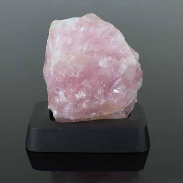 Quartzo Rosa Bruto de 10cm com Base de Madeira