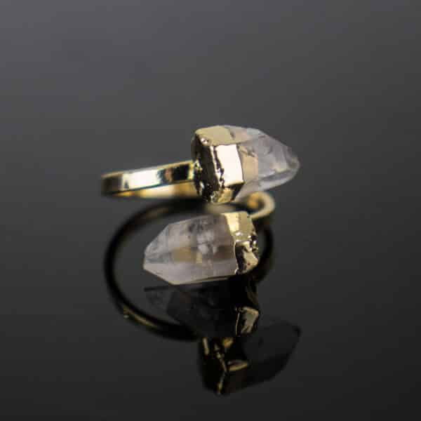 Anel Ajustável com Duas Pontas de Cristal de Quartzo com Banho Dourado