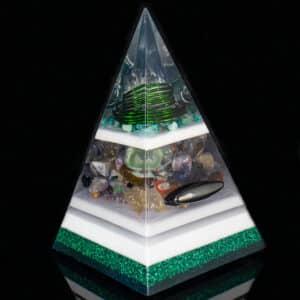 Pronta Entrega - Pirâmide Verde com Hematitas Magnetizadas 26cm